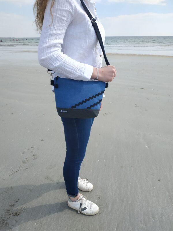 besace-gris-bleu-vagues noires