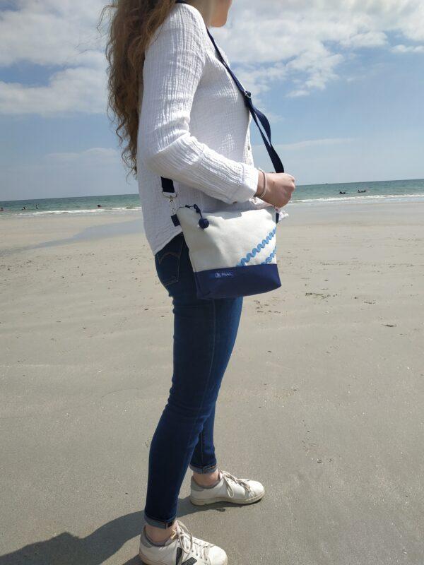 besace-marine-gris-vagues bleu ciel
